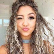 die Sie mit Ihrem langen lockigen Haar erreichen