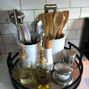 Organisieren der Küchentheke mit einem einfachen Tabl...